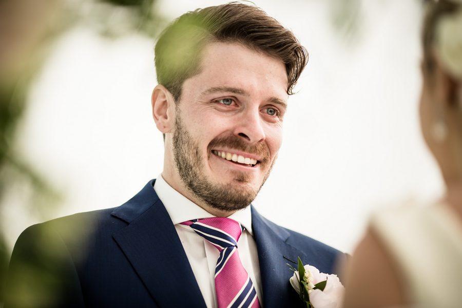 sorriso e lacrime dello sposo
